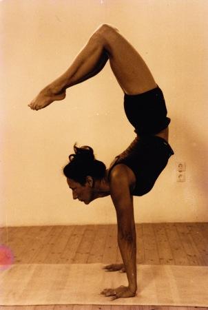 Leonie handstand drop over big